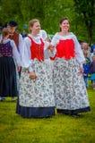 Baile alrededor del maypole en pleno verano imágenes de archivo libres de regalías