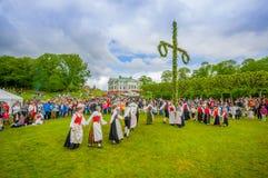 Baile alrededor del maypole en pleno verano imagenes de archivo