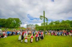 Baile alrededor del maypole en pleno verano fotografía de archivo libre de regalías