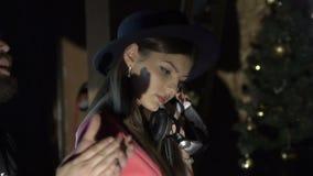 Baile atractivo de la muchacha con el auricular del ` s de DJ en club de noche lentamente metrajes