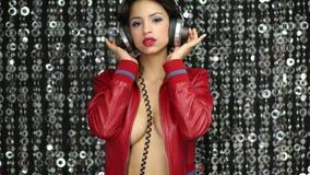 Baile atractivo de la mujer del disco en chaqueta al aire libre metrajes