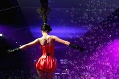 Baile atractivo de la mujer en un club nocturno del disco Fotos de archivo libres de regalías