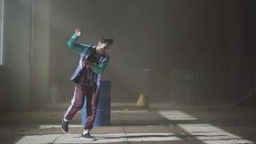 Baile atractivo joven experto del golpeador en un edificio abandonado contemporáneo Cultivo de hip-hop ensayo Cámara lenta metrajes
