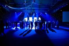 Baile bajo luces azules Imagenes de archivo