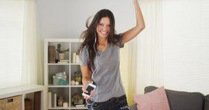 Baile bonito de la mujer en su sala de estar Foto de archivo libre de regalías