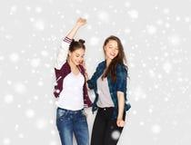 Baile bonito sonriente feliz de los adolescentes Imagenes de archivo