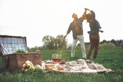 Baile casado feliz de la pareja en prado imagenes de archivo