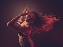 Baile caucásico moreno joven de la mujer y su pelo que atraviesan el aire Imágenes de archivo libres de regalías