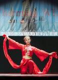 Baile chino de la muchacha en etapa foto de archivo