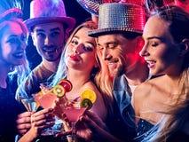Baile con el baile y la bola de discoteca de la gente del grupo Foto de archivo libre de regalías