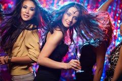 Baile con los amigos Foto de archivo libre de regalías