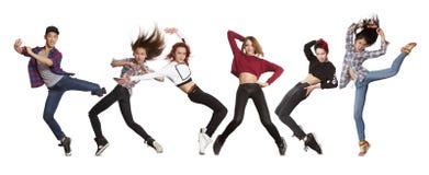 Baile de baile moderno joven de la práctica del grupo fotos de archivo