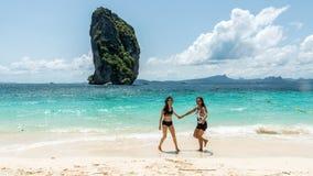 Baile de dos mujeres en la playa fotografía de archivo libre de regalías
