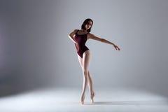 Baile de la bailarina en la oscuridad Fotografía de archivo libre de regalías