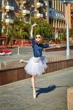 Baile de la bailarina en las calles Fotografía de archivo libre de regalías