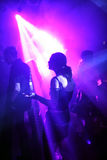 Baile de la chica joven entre los scannerlights Imagenes de archivo
