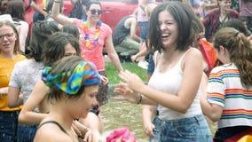 Baile de la gente de la cámara lenta en orgullo de la fuente LGBT almacen de video