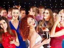 Baile de la gente del grupo en el partido. Imagenes de archivo