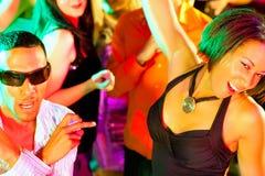 Baile de la gente del partido del disco en un club Fotos de archivo libres de regalías