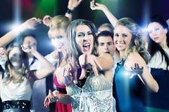 Baile de la gente del partido en club del disco