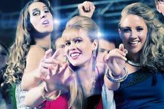 Baile de la gente del partido en club del disco Fotos de archivo libres de regalías