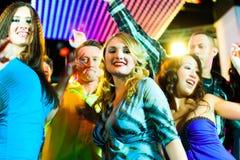 Baile de la gente del partido en disco o club Foto de archivo libre de regalías