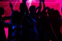 Baile de la gente en club con el laser Fotos de archivo libres de regalías