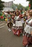 Baile de la gente en el carnaval de Notting Hill Imagenes de archivo