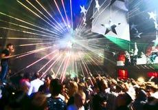 Baile de la gente en el club nocturno Imágenes de archivo libres de regalías