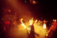 Baile de la gente en un disco Fotografía de archivo