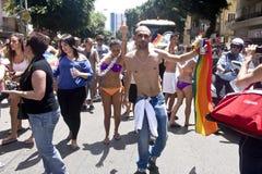 Baile de la juventud con el indicador del arco iris en el desfile TA del orgullo Fotografía de archivo