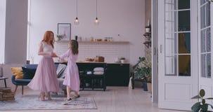 Baile de la madre con la hija en el cuarto metrajes