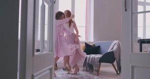 Baile de la madre con la hija en el cuarto almacen de metraje de vídeo