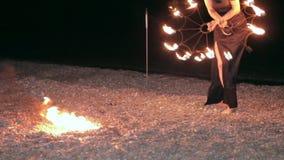 Baile de la muchacha con la fan del fuego almacen de metraje de vídeo