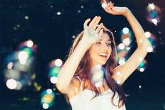 Baile de la muchacha con las burbujas Fotos de archivo libres de regalías