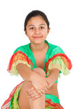 Baile de la muchacha con ropa latinoamericana Foto de archivo libre de regalías