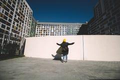Baile de la muchacha contra la pared blanca Imagen de archivo libre de regalías