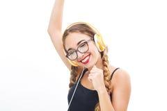 Baile de la muchacha del adolescente de la música con headhphone Fotos de archivo libres de regalías