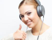 Baile de la muchacha del adolescente de la música contra el fondo blanco Imágenes de archivo libres de regalías