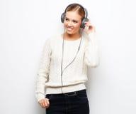 Baile de la muchacha del adolescente de la música contra el fondo blanco Fotografía de archivo