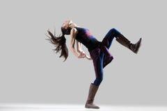 Baile de la muchacha del bailarín con la pierna aumentada Imagen de archivo libre de regalías