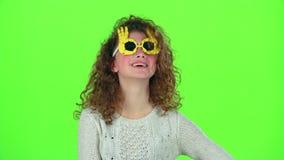 Baile de la muchacha del niño en vidrios divertidos Pantalla verde metrajes