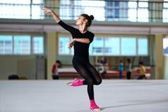 Baile de la muchacha en el entrenamiento de la gimnasia rítmica Foto de archivo libre de regalías