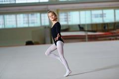 Baile de la muchacha en el entrenamiento de la gimnasia rítmica Fotos de archivo libres de regalías