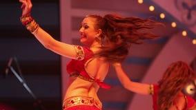 Baile de la muchacha en etapa en un traje indio nacional rojo
