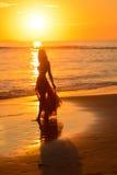 Baile de la muchacha en la playa en la puesta del sol, México Fotos de archivo libres de regalías