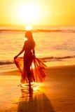 Baile de la muchacha en la playa en la puesta del sol, México 2 Imagenes de archivo