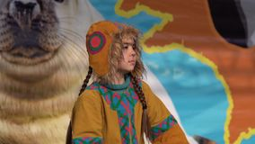 Baile de la muchacha en los habitantes indígenas Kamchatka de la ropa nacional