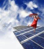Baile de la muchacha en los paneles solares Fotografía de archivo