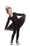 Baile de la muchacha en una alineada negra Foto de archivo libre de regalías